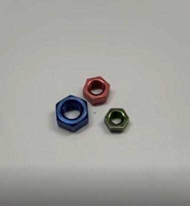 三価カラーメッキナット赤青緑